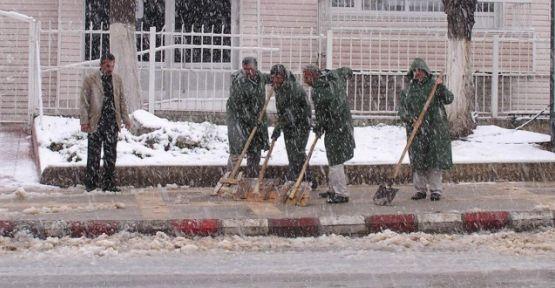 malatya-buyuksehir-belediyesi-buzlari-bakin-nasil-temizliyor