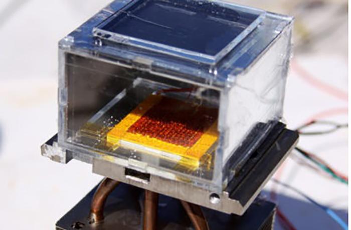 sadece gunes tarafindan desteklenen cihaz sayesinde su kuru havadan cekilmektedir - Sadece güneş tarafından desteklenen cihaz sayesinde su, kuru havadan çekilmektedir