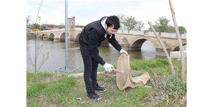tunca nehri cevresinde plastik atik temizligi yapildi - Tunca Nehri Çevresinde Plastik Atık Temizliği Yapıldı