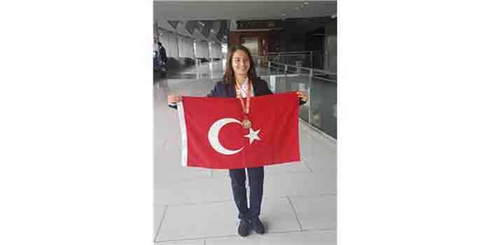 49. Uluslararası Kimya Olimpiyatları'nda (IChO) Altın Madalya Kazanan İzmir Fen Lisesi Öğrencisi Ceylan Ceylan