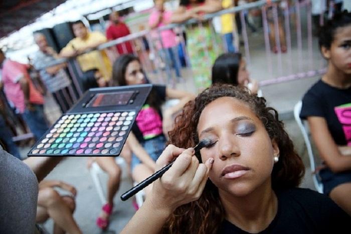 Makyaj Yapmak Kadınlara Güven Veriyor ve Aynı Zamanda Daha Akıllı Hissettiriyor